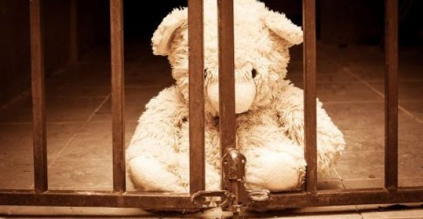 Επιβαρυντική για τη σωματική και ψυχική υγεία η φυλάκιση των ανηλίκων