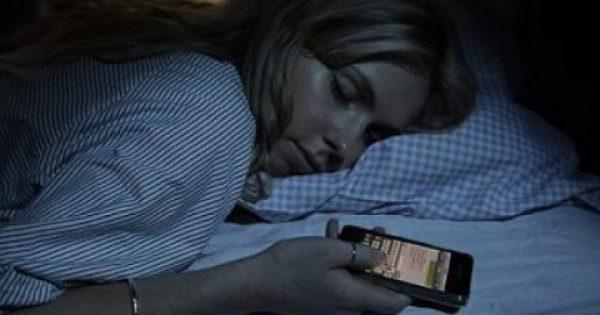 Έχεις το κινητό δίπλα σου όταν κοιμάσαι το βράδυ; Διαβασε τι μπορεί να πάθεις!