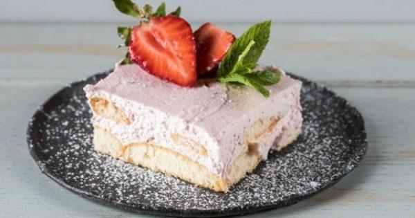 Εύκολο Γλυκό Ψυγείου με Φράουλες: Έτοιμο σε 20 Λεπτά