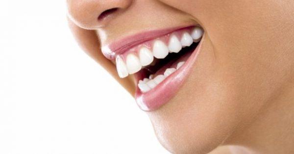 Ο πιο Εύκολος Τρόπος για να Λευκάνετε τα Δόντια σας (VIDEO)!