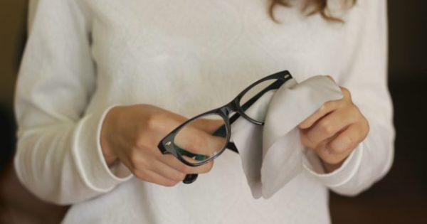 4 Απίστευτοί Τρόποι να Διώξετε τις Γρατζουνιές από τα Γυαλιά σας (Κι Όμως, Γίνεται!)