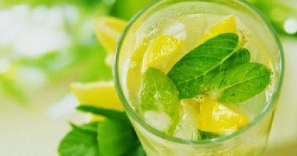 Νερό με λεμόνι: Μύθος ή αλήθεια οι θαυματουργές του ιδιότητες;