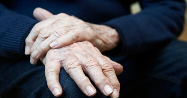 Πάρκινσον: Τα προειδοποιητικά σημάδια της νόσου εκτός από το τρέμουλο