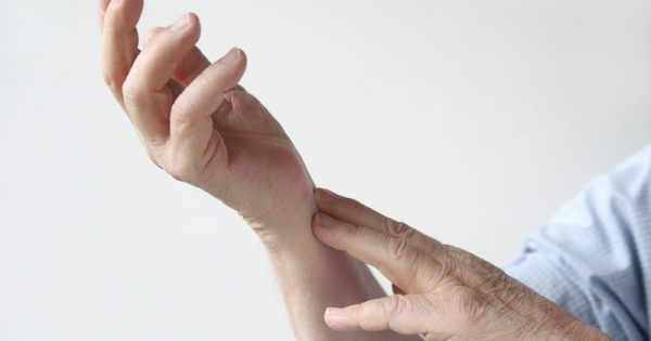 Ρευματοειδής αρθρίτιδα: Τα 12 συμπτώματα του αυτοάνοσου νοσήματος μέσα από φωτογραφίες
