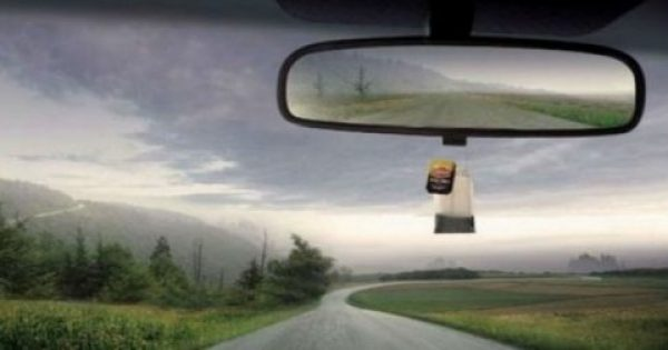 Βάζει ένα φακελάκι τσάι κάτω από τον καθρέφτη του αυτοκινήτου του. Μόλις δείτε το λόγο, σίγουρα θα το κάνετε κι εσείς!