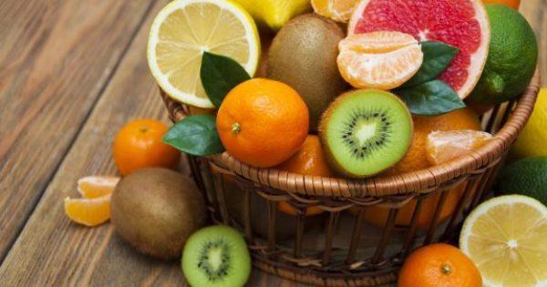 Το φρούτο που καθυστερεί την εμφάνιση των λευκών μαλλιών