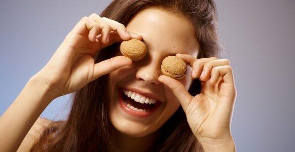 Γιατί είναι σημαντικό οι έφηβοι να τρώνε καρύδια