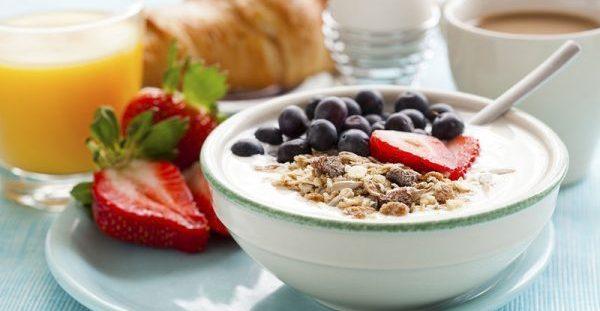 Τέσσερα μικρά λάθη που κάνεις όταν τρως πρωινό και σου προσθέτουν κιλά