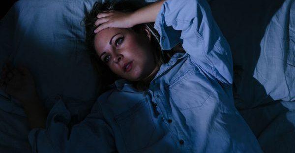 Ξυπνάτε τη νύχτα; 5 κοινές αιτίες & τι μπορείτε να κάνετε