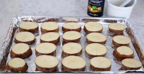 Κόβει Πατάτες σε ροδέλες, τις ...