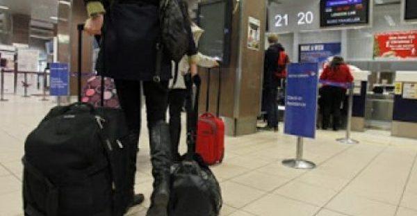 Φοβερό κόλπο! Έτσι θα παίρνεις πρώτος τη βαλίτσα σου από το αεροδρόμιο