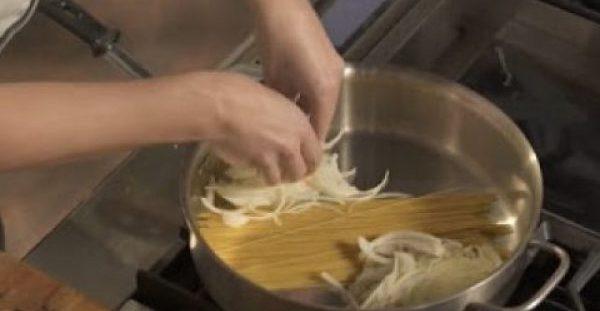 Βάζει τα μακαρόνια στην κατσαρόλα και προσθέτει κρεμμύδι – Το αποτέλεσμα θα σας εκπλήξει…