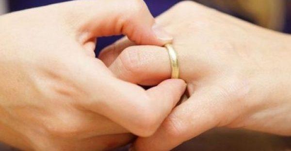 Πρησμένα δάχτυλα χεριών: 10 πιθανές αιτίες & πότε να ανησυχήσετε
